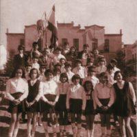 Escolars darrera l'Ajuntament amb el mestre Puigmitjà_95168